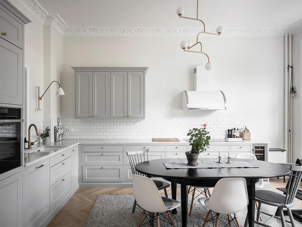 Snyggt kök i grått och vitt – färger som höjer värdet på bostaden