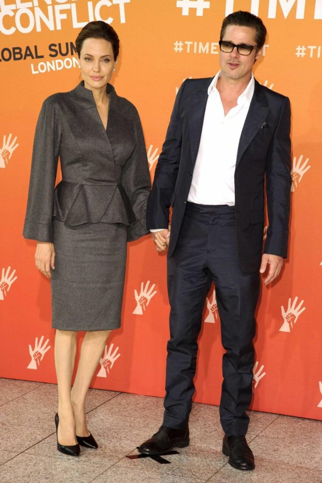 Brad Pitt och Angelina Jolie håller handen på röda mattan