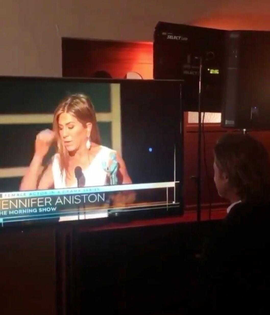 Brad Pitt tittar på tv när Jennifer Aniston vinner pris
