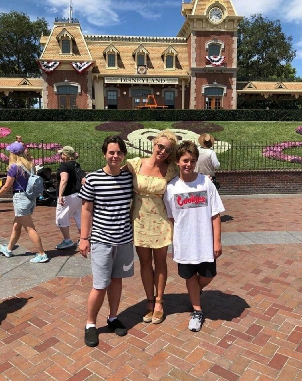Britney Spears tillsammans med sina söner