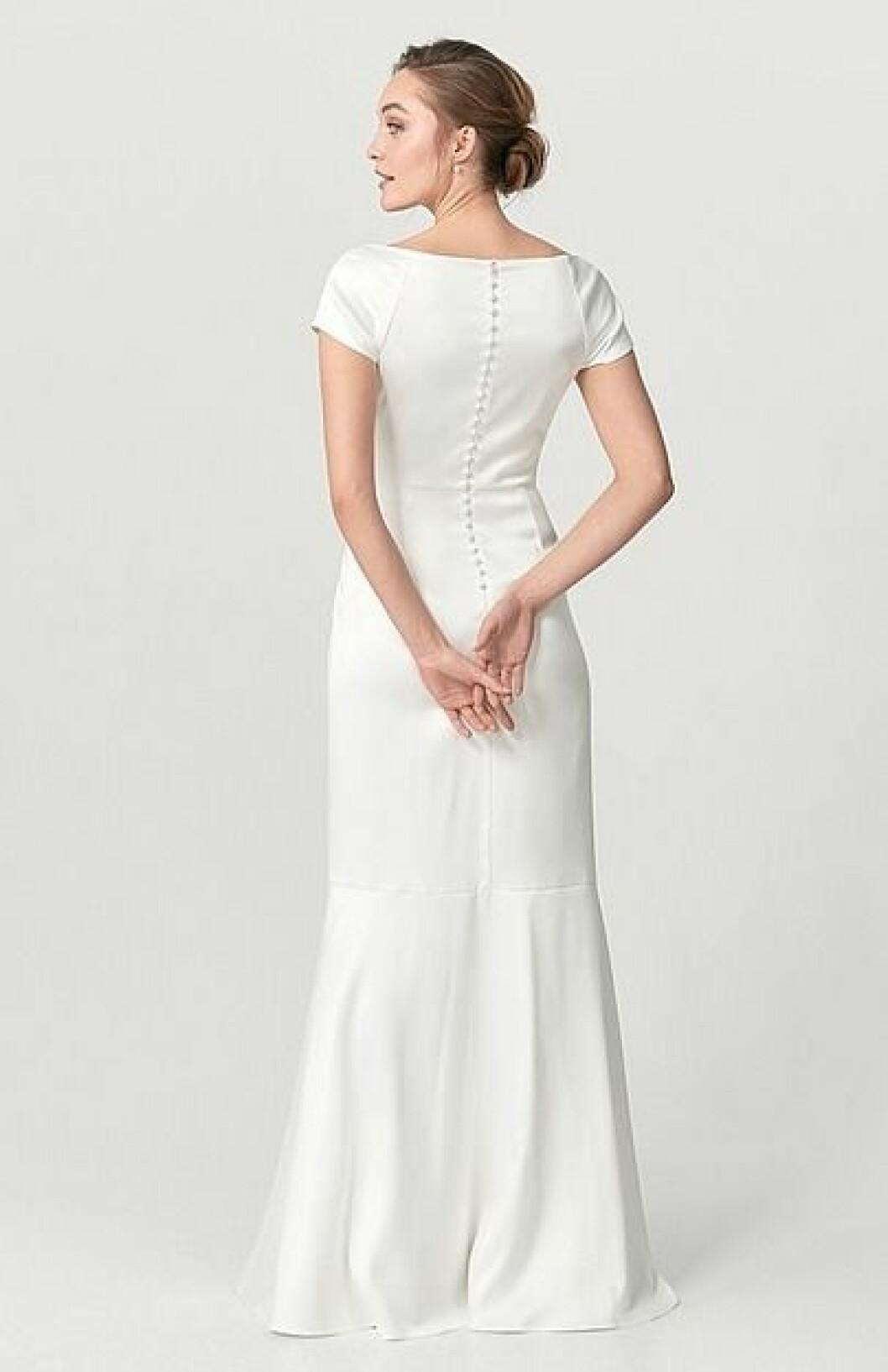 En bild på en brudklänning i satin med utsvängd nederdel från Ellos.