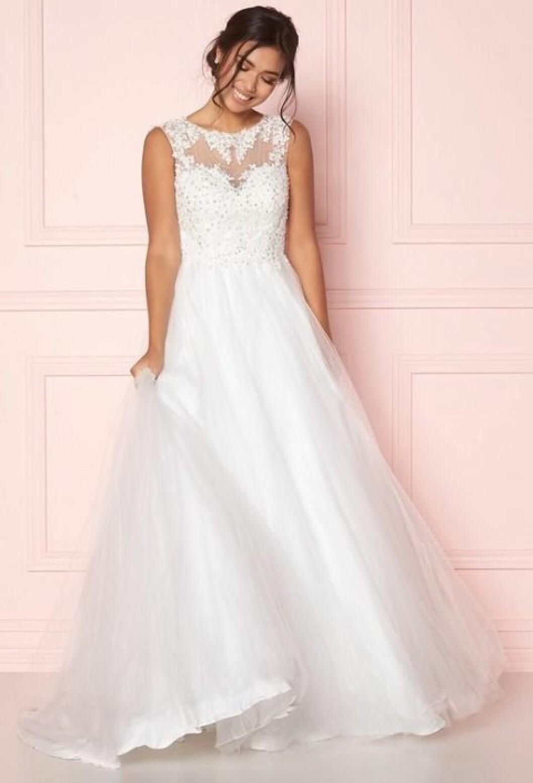 En bild på en brudklänning med pärlbroderat liv och tyllkjol i sju lager från Bubbleroom.
