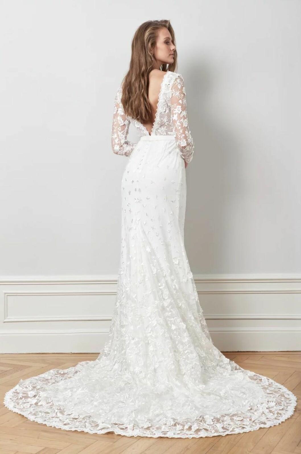 Brudklänning med djup v-rygg