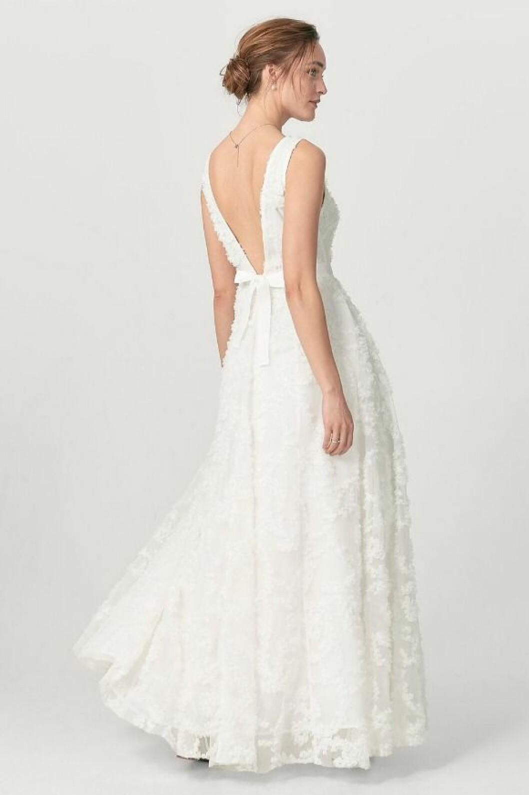 En bild på en brudklänning i spets med tyllkjol från Ellos.