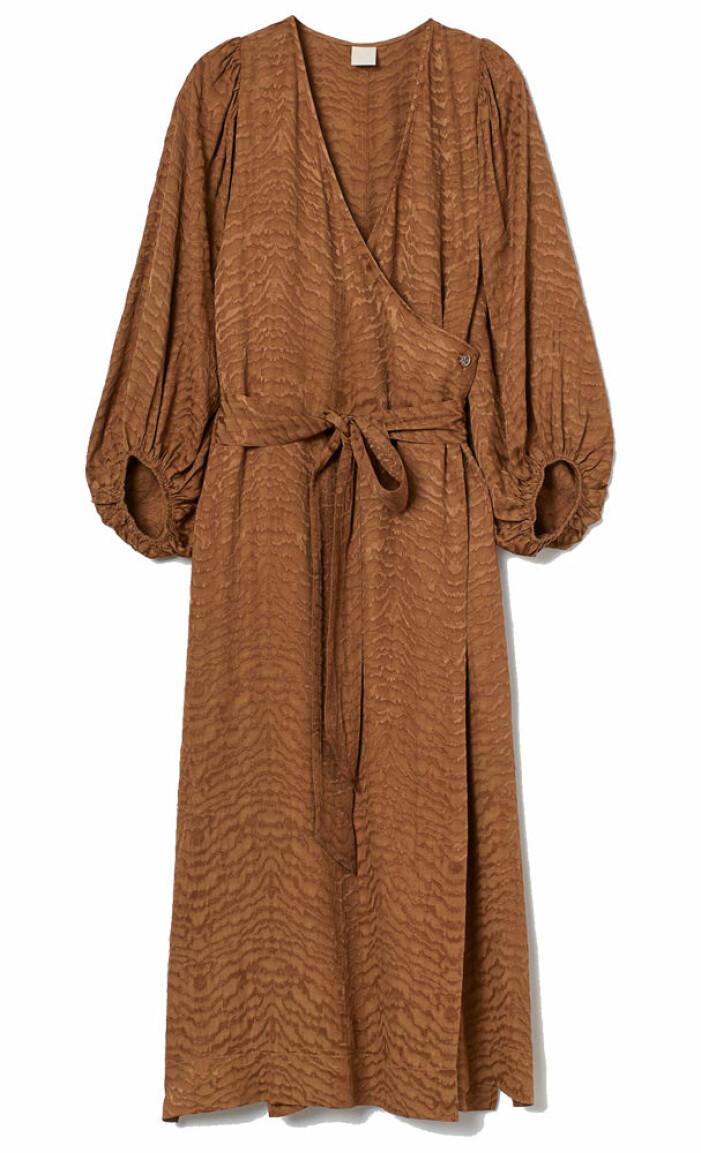 brun mönstrad klänning