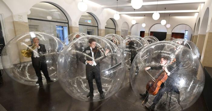 Stuttgarts filharmoniker framför verket Pieces from Social Distance i varsin bubbla.