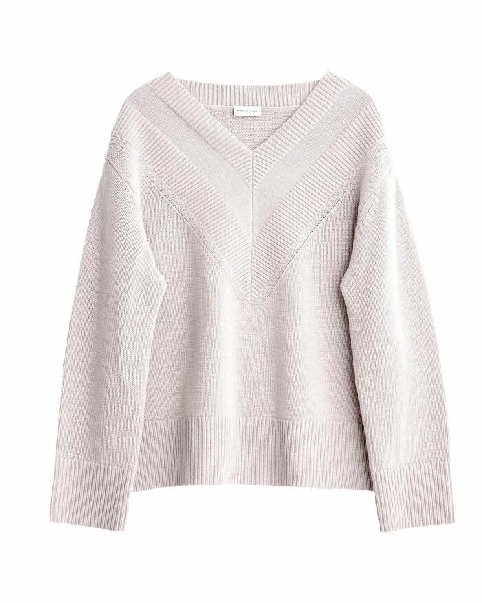Greige stickad tröja med v-ringning och v-formade detaljer. Tröja från By Malene Birger.
