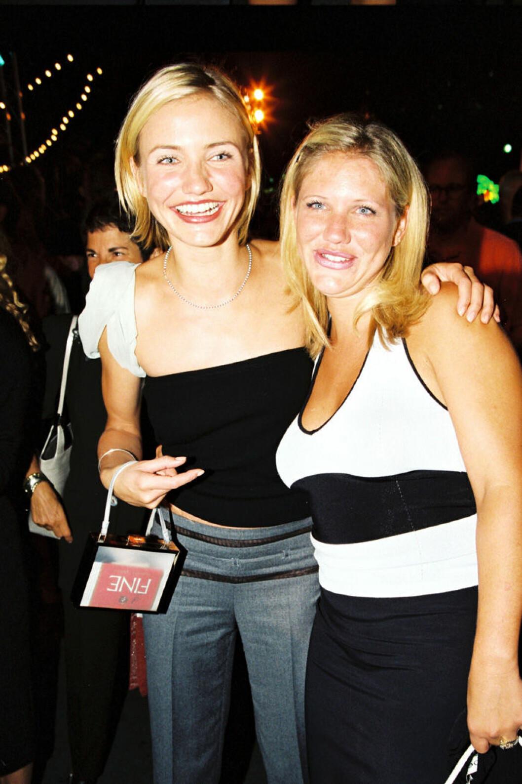 En bild på Cameron och Chimene Diaz på premiären av Den där Mary, 1998.
