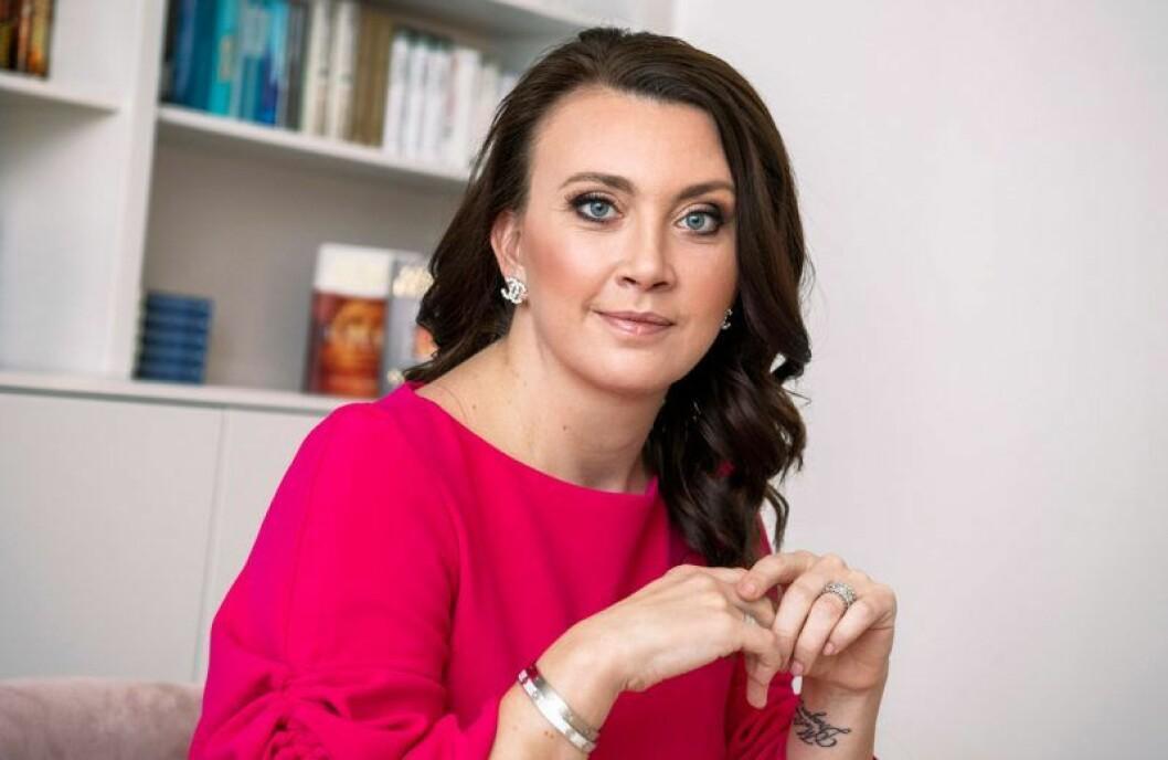 Camilla Läckberg var 41 år blev hon och maken Simon Sköld föräldrar till sitt första gemensamma barn, dottern Polly