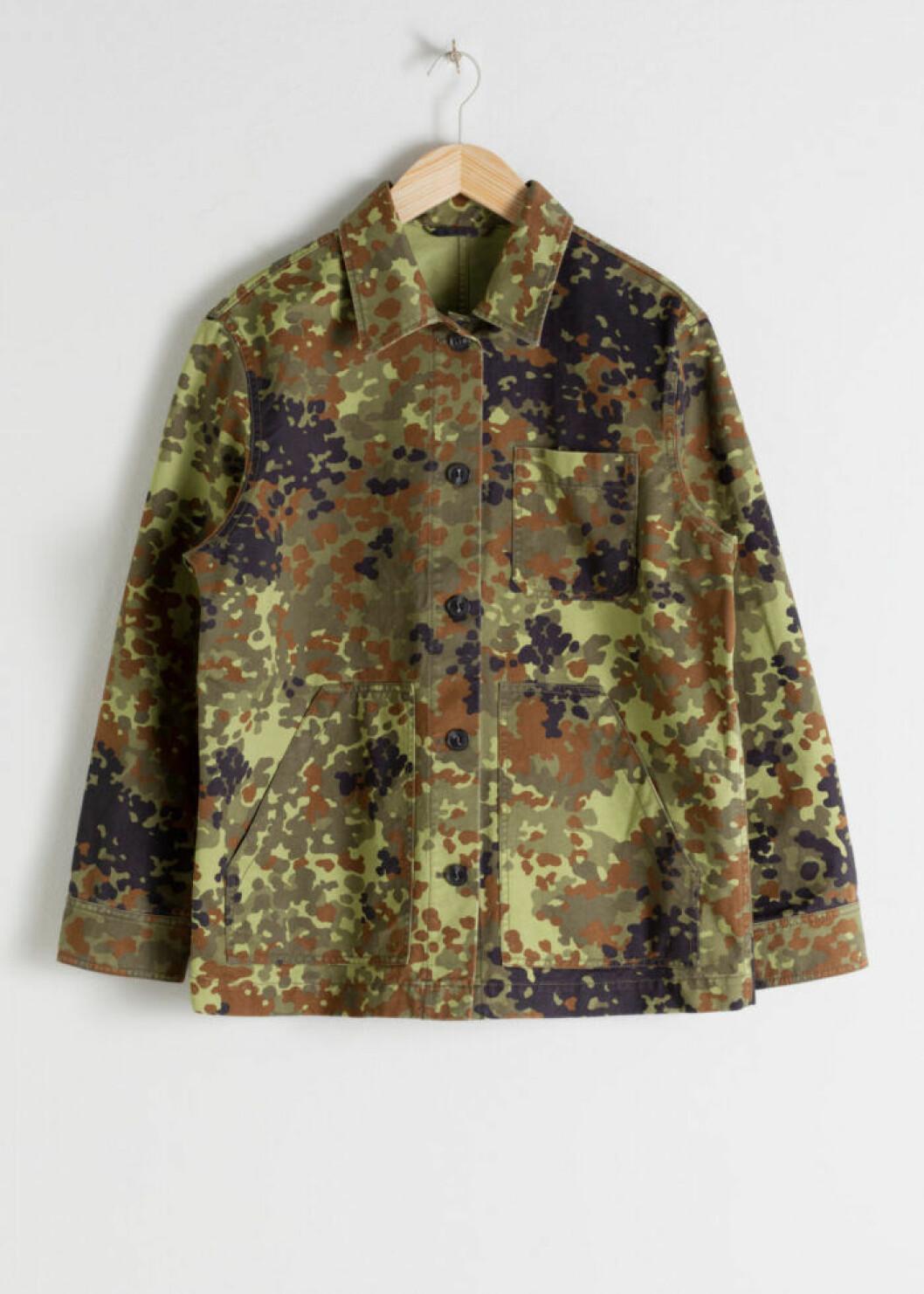 Kamouflagemönstrad bomullsjacka i rak modell
