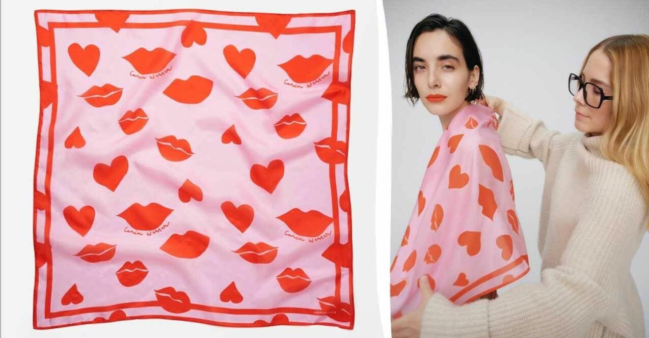 Bild på Carin Wester som stylar en scarf på modellen. Samt en bild på scarfen. Scarfen är ljusrosa med röda hjärtan och läppar.