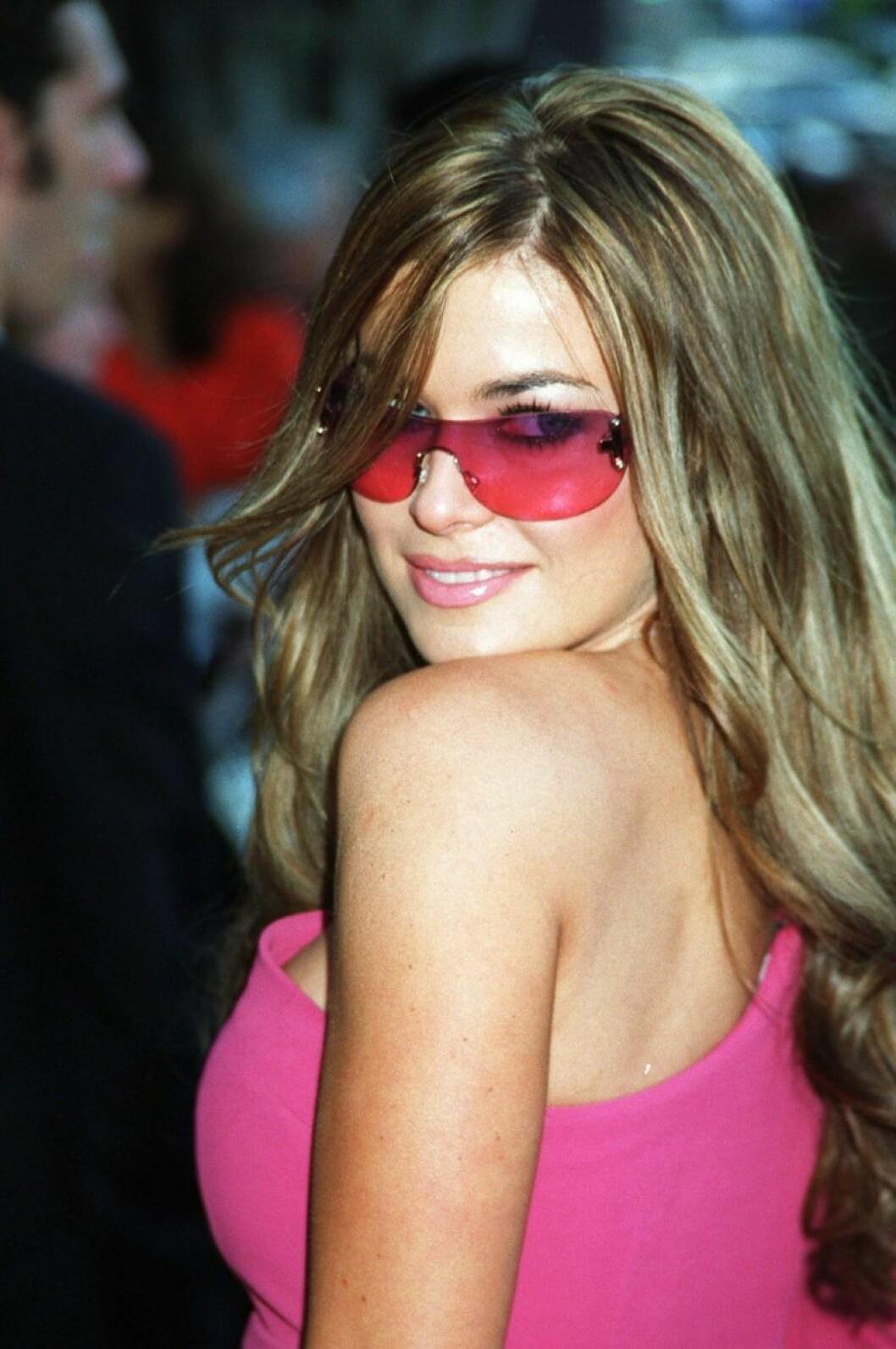 Carmen Electra i rosa solglasögon