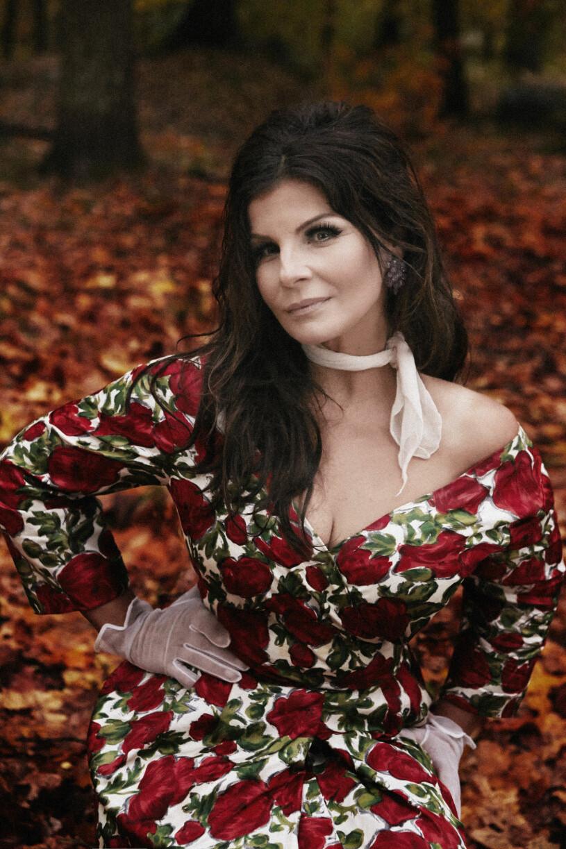 Carola i blommig klänning bland höstlöv