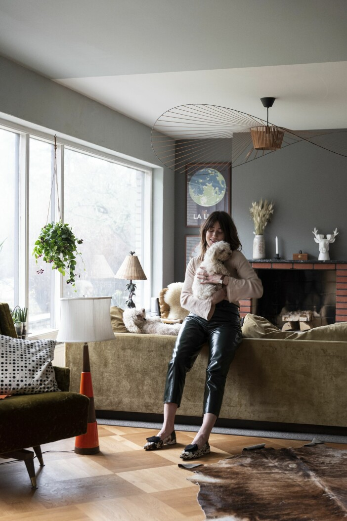 Hemma hos Cecilia Blankens vardagsrum hund öppen spis