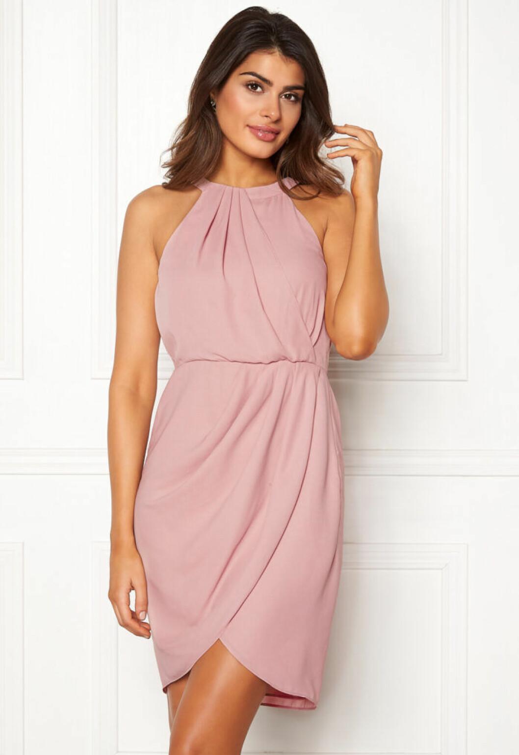 En bild på en klänning i skär chiffong från Chiara Forthi.