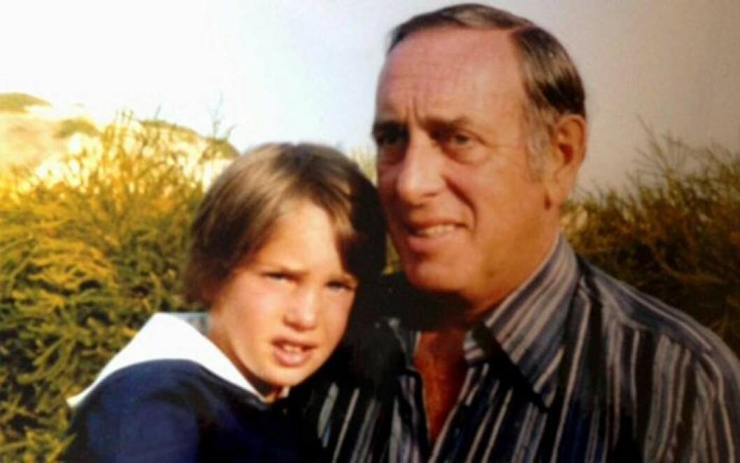 Chris O'Neill som barn tillsammans med sin pappa Paul O'Neill.