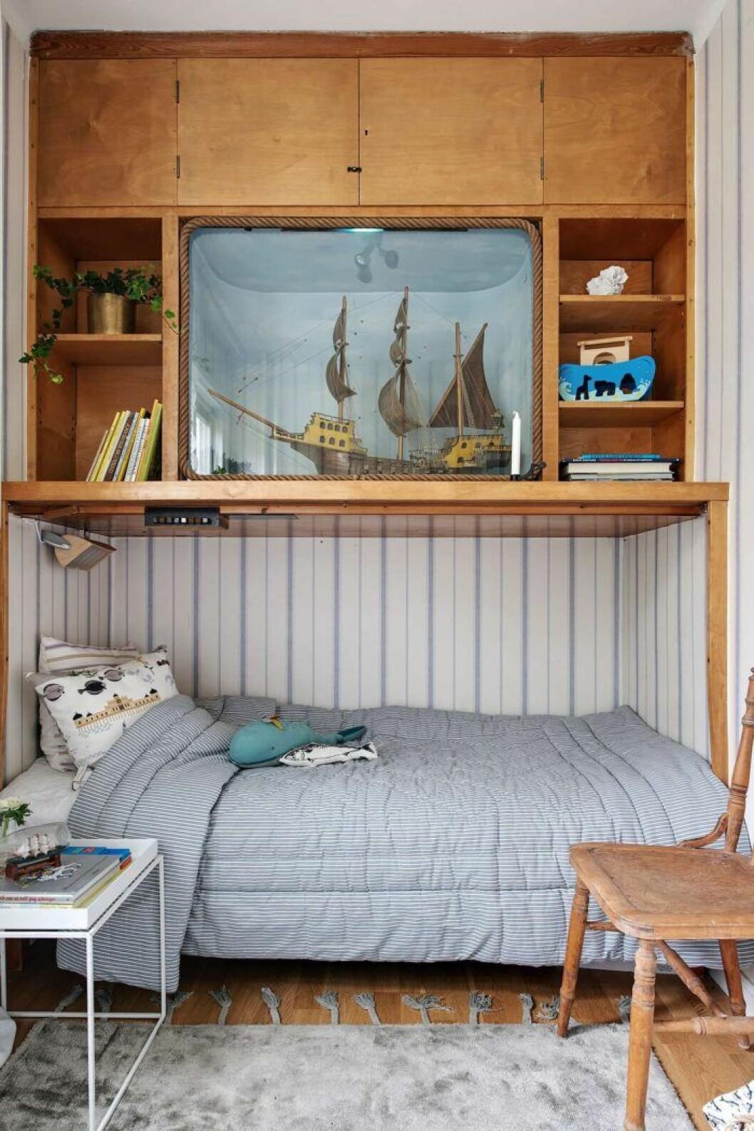 En sovplats med förvaring ovanför är både smart och mysig
