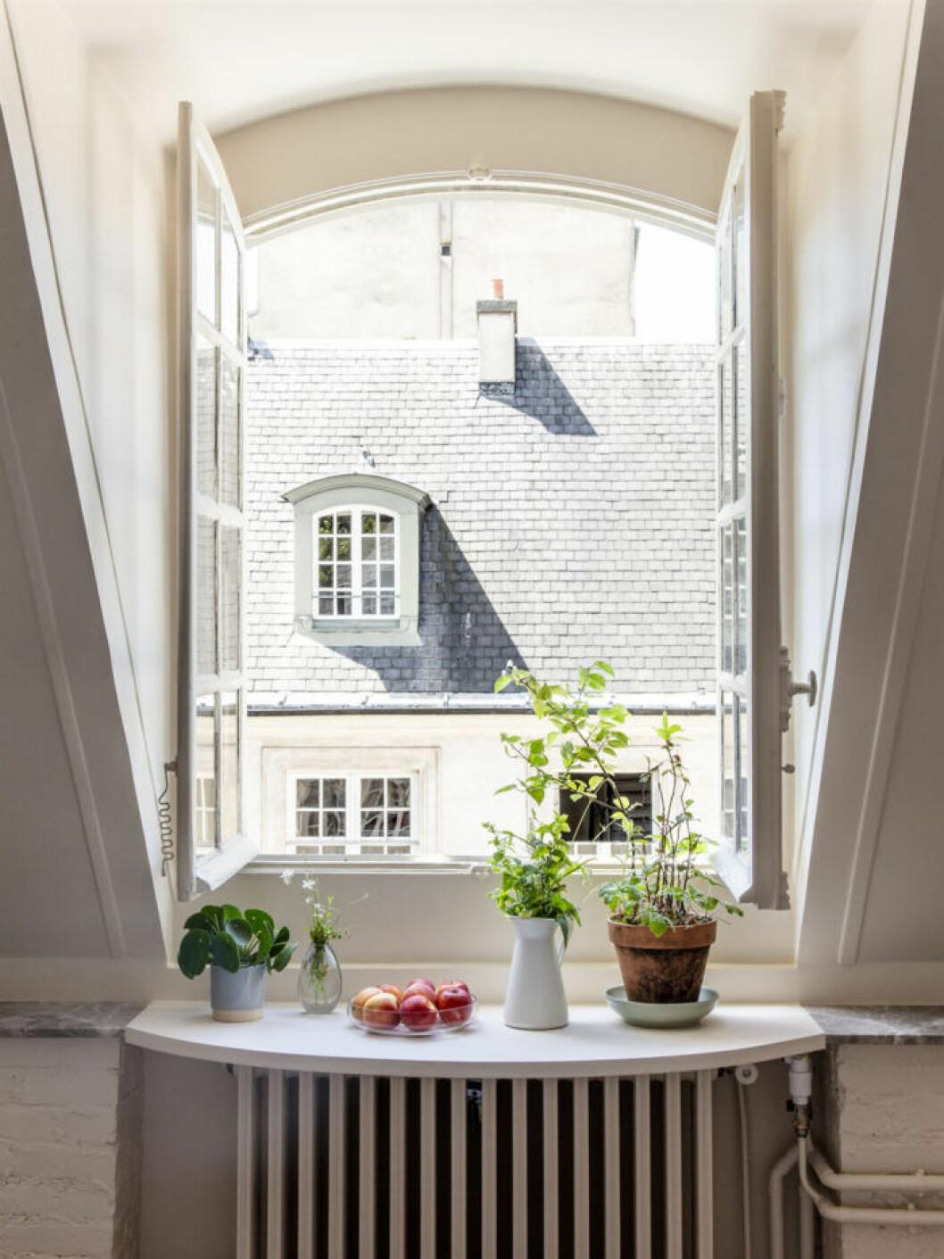 Bredda fönsterbrädan för att skapa ett smart frukostbord
