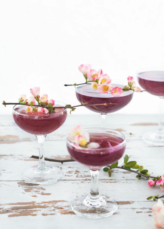 Drinkar dekorerade med blommande kvistar.