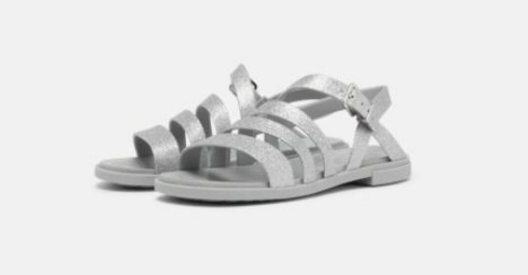Silverfärgade platta remsandaler. Sandaler från Crocs.
