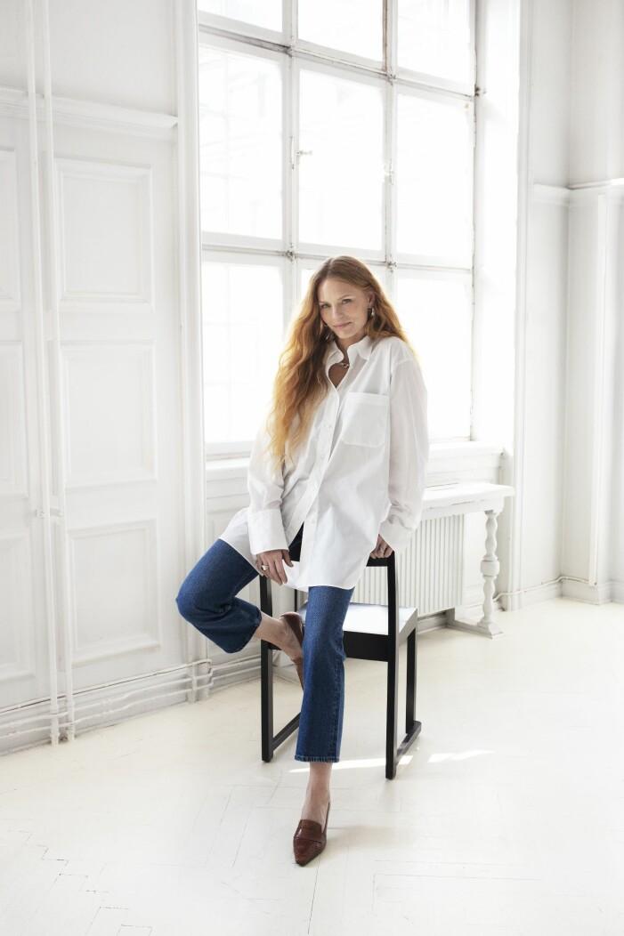 Cropped blå jeans stylade med vit storskjorta från arket.