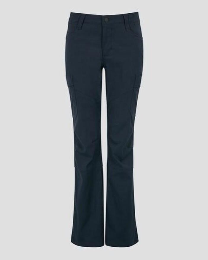 Svarta friluftsbyxor med fickor på sidorna och boot cut. Byxor från Wrangler.
