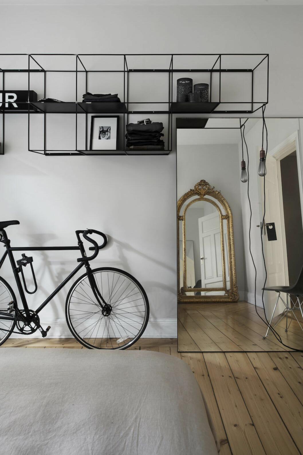 Cykel från Bikeid, guldspegel från Lauritz. Sladdlampa från Frame med led-lampa från Buster + Punch hemma hos Michelle Meadows.
