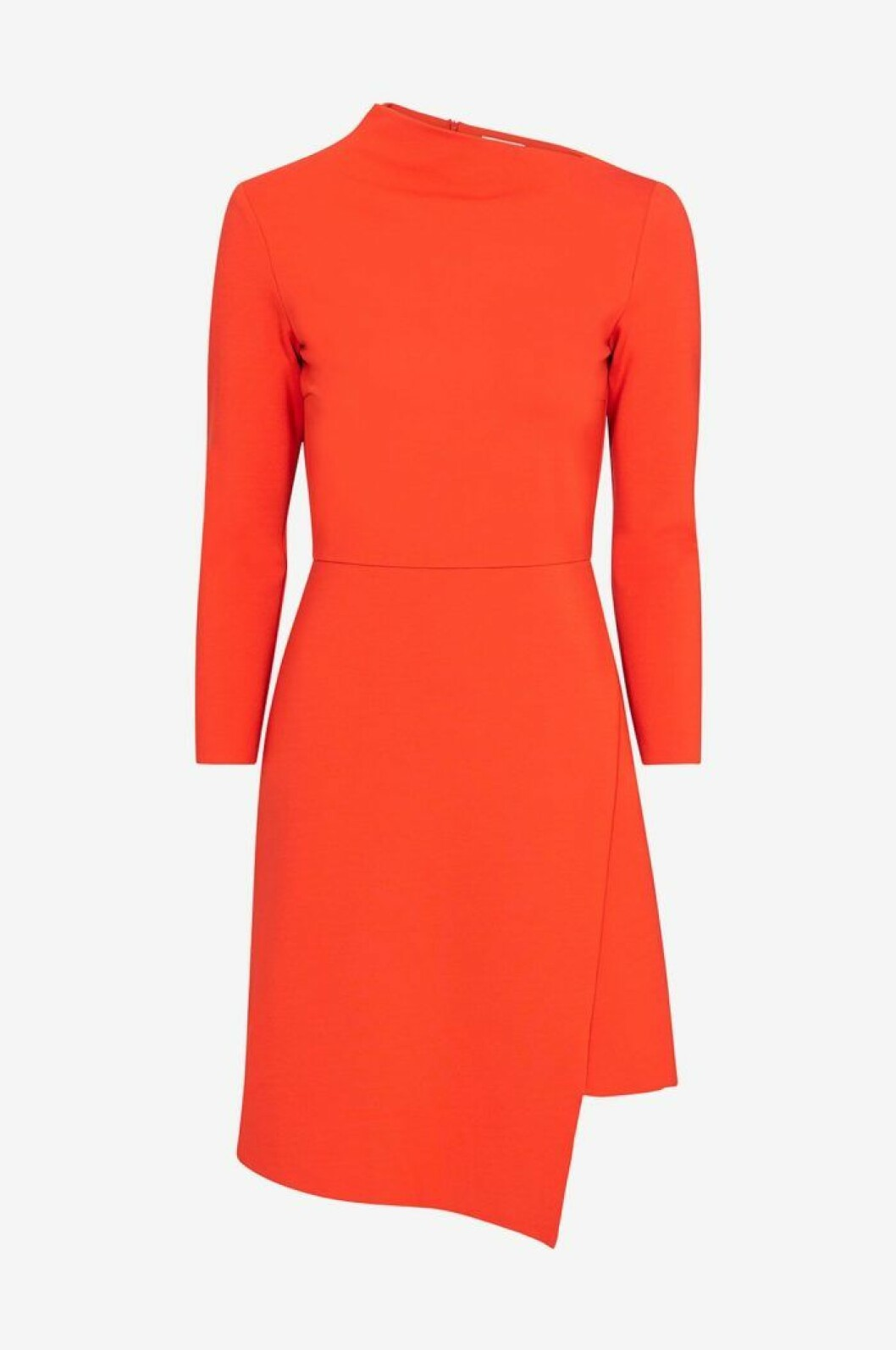 Röd klänning med assymmetrisk skärning i hals och fåll. Från Dagmar.