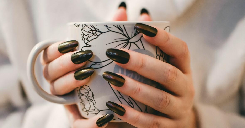 mörkgröna långa och välvårdade naglar