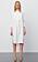 Modell med en vit skjortklänning utan krage. Långa ärmar och klänningen slutar en bit under knät. Skjortklänning från Day Birger et Mikkelsen.
