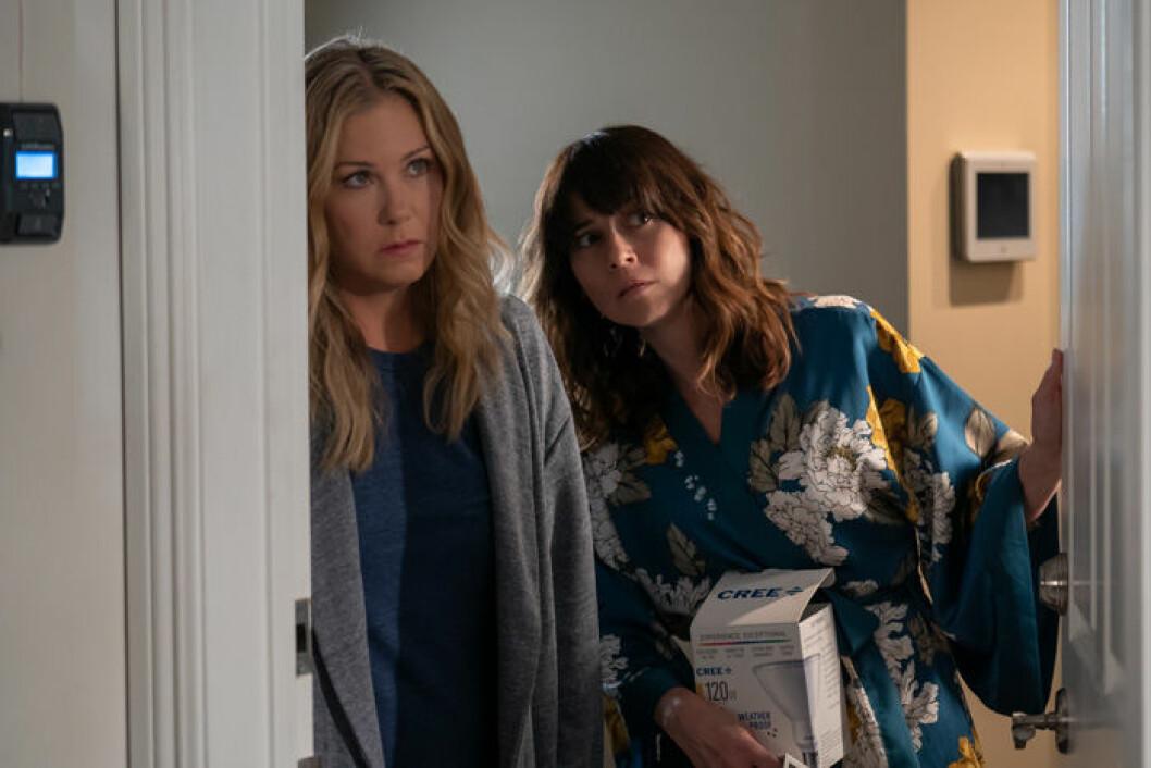 En bild på Christina Applegate och Linda Cardellini som spelar huvudrollerna i Dead To Me.