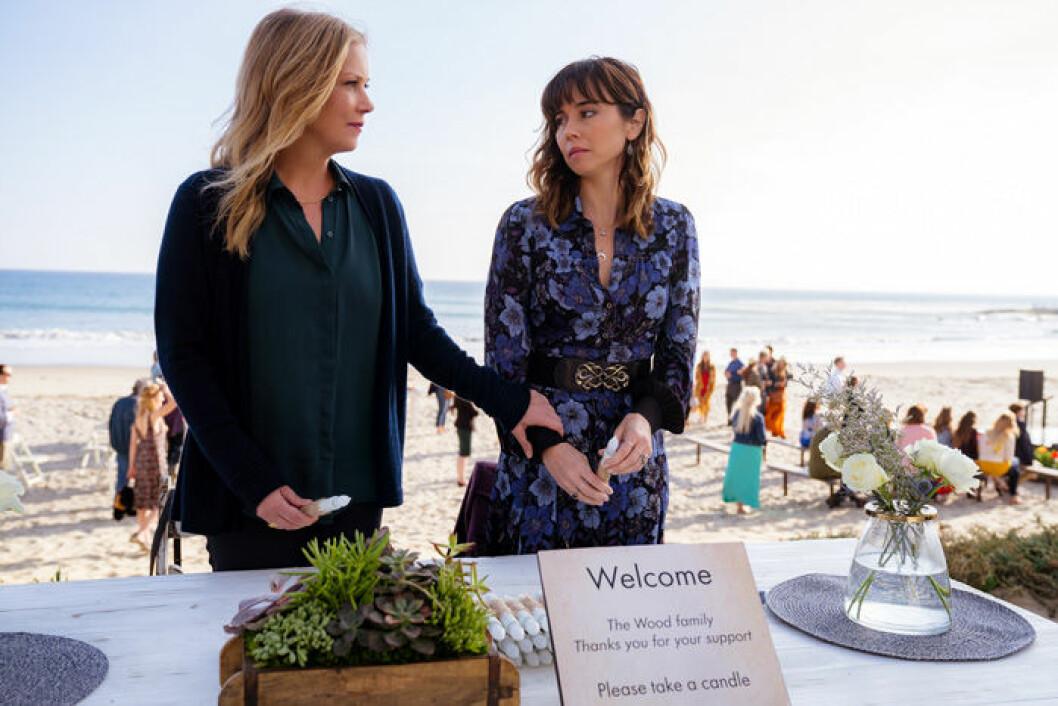 En bild på Christina Applegate och Linda Cardellini i tv-serien Dead To Me på Netflix.