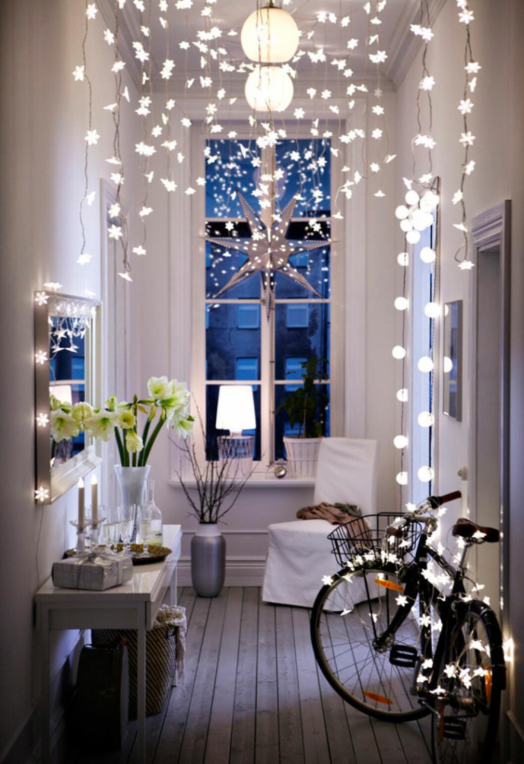 Dekorera med ljus i jul – piffa till hallen som hos Ikea