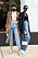 Två tjejer fotograferade på stan. Båda har jeans i blå nyans. Den ena har raka, långa och den andra croppade. Till det plagg i svart, brunt och vitt. Street style-bild.