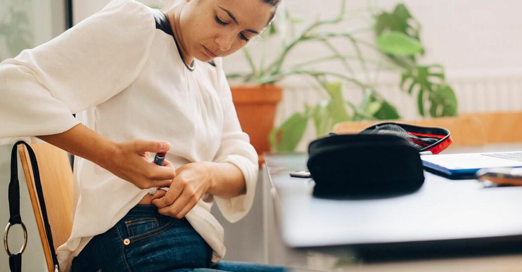 Kvinna som tar insulinspruta mot diabetes