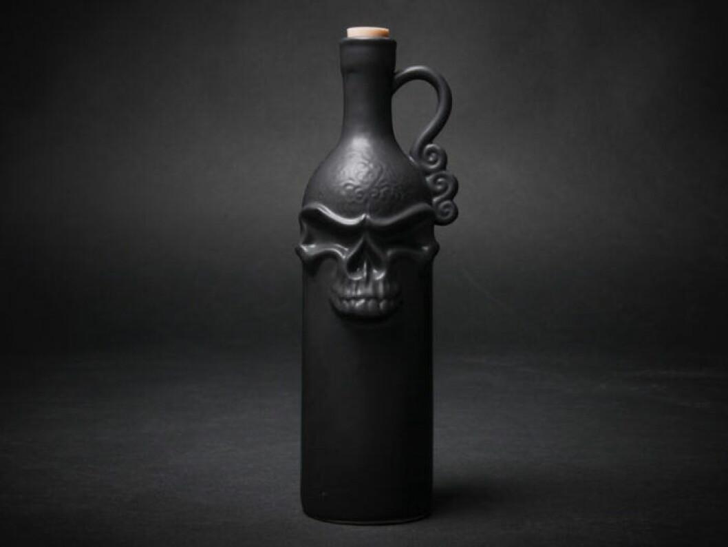 Svart flaska med dödskalle på