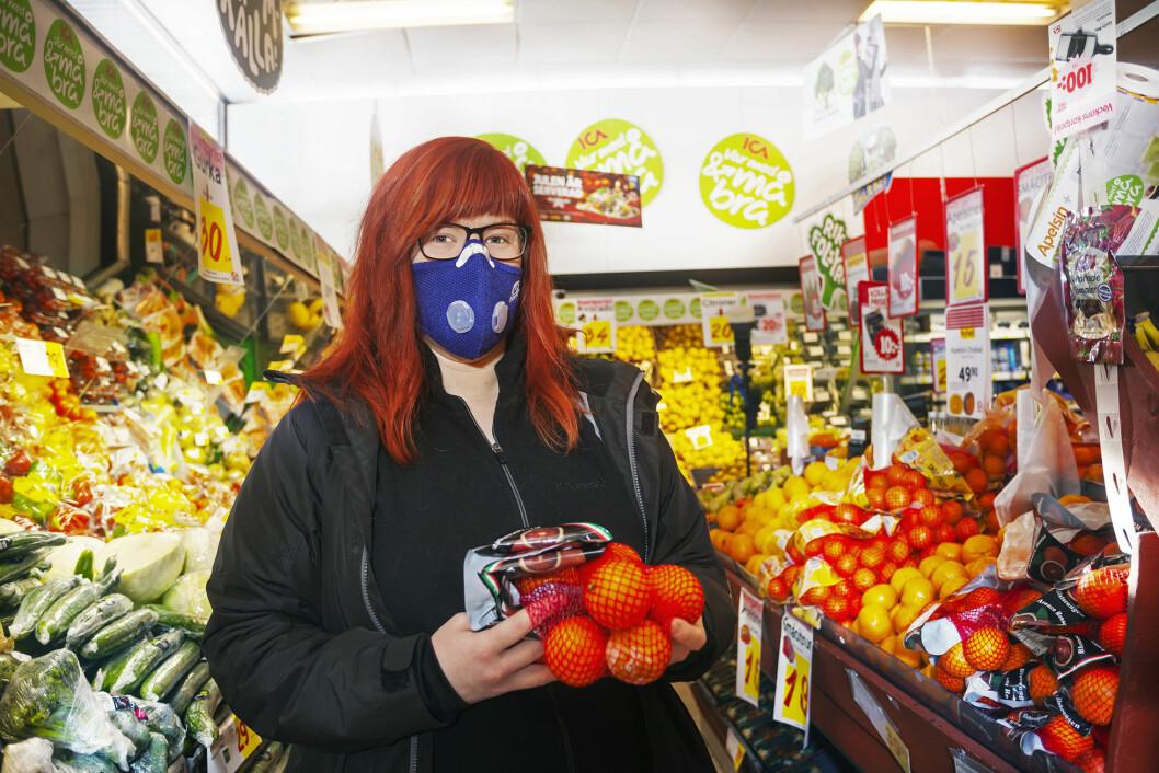 Katrin lider av doftöverkänslighet och har stora problem att t.ex. handla. Här använder hon sin mask som renar luften.
