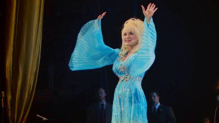 Dolly Parton står på scen
