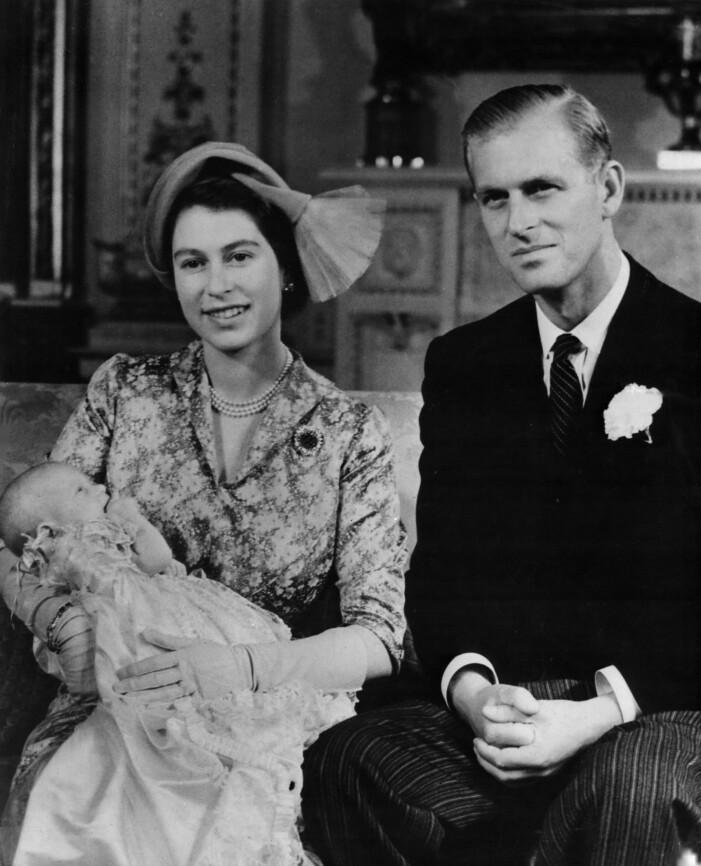 Drottning Elizabeth och prins Philip med nyfödd Charles
