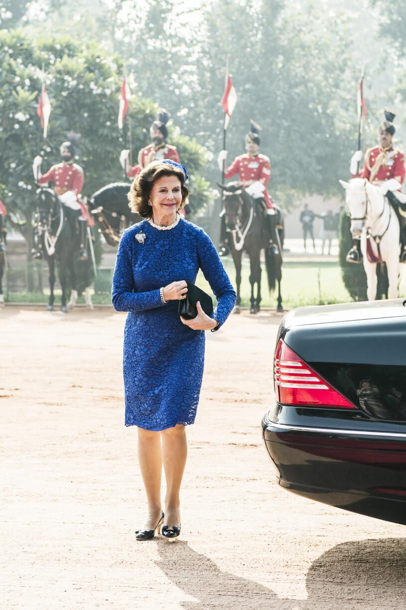 Drottning Silvia i blå klänning på stadsbesök i Indien