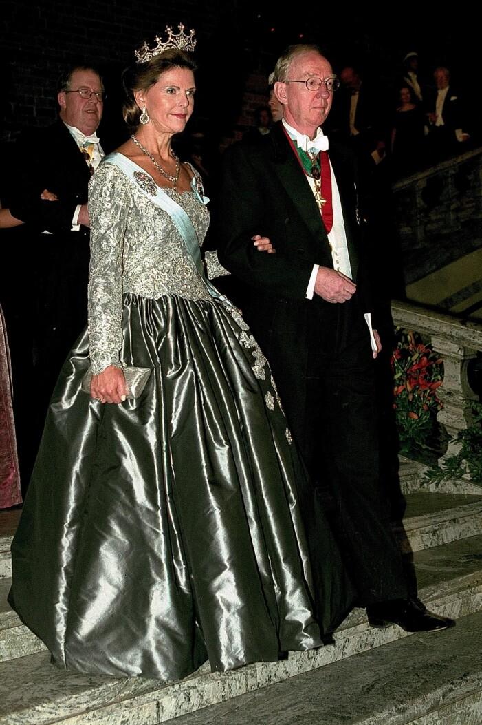 drottning silvia i en grå silvrig klänning på nobelfesten 2000