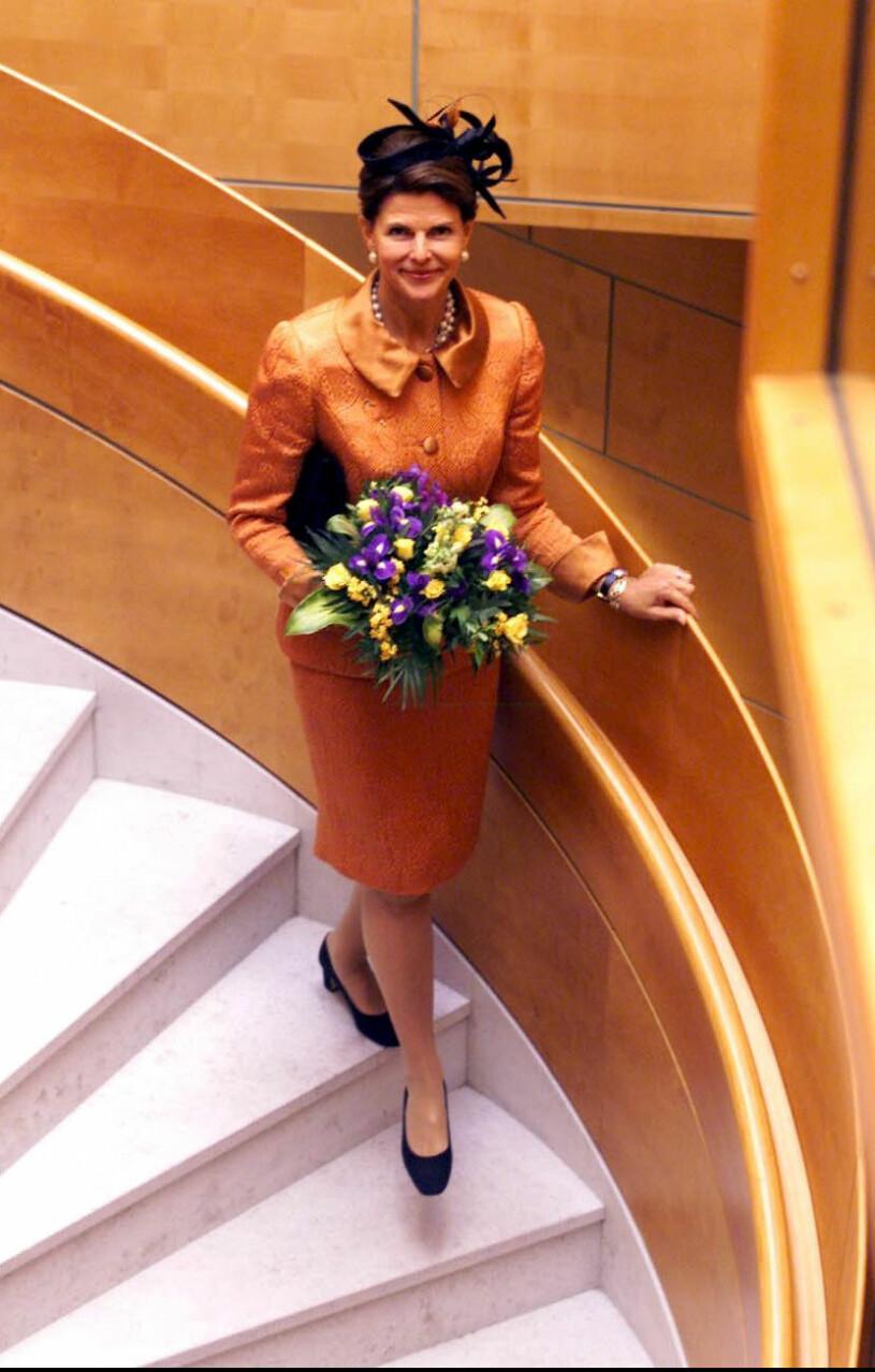 Drottning Silvia i orange dräkt