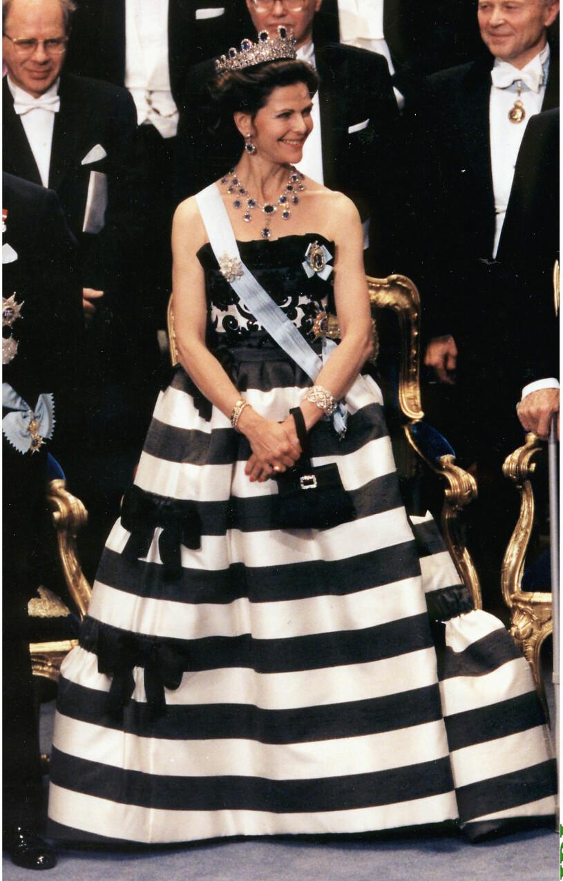 Drottning Silvia i randig klänning av Nina Ricci på Nobel 1993