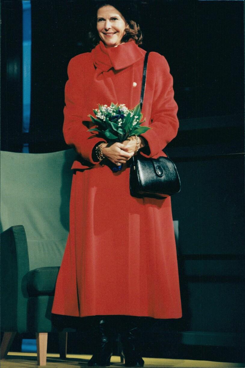 Drottning Silvia i röd kappa 1999
