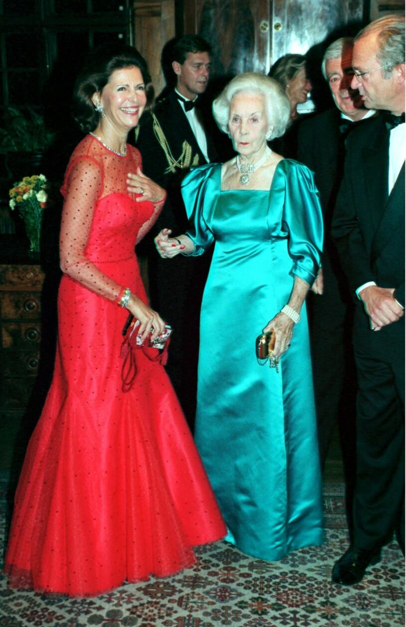 Drottning Silvia i röd klänning 1999