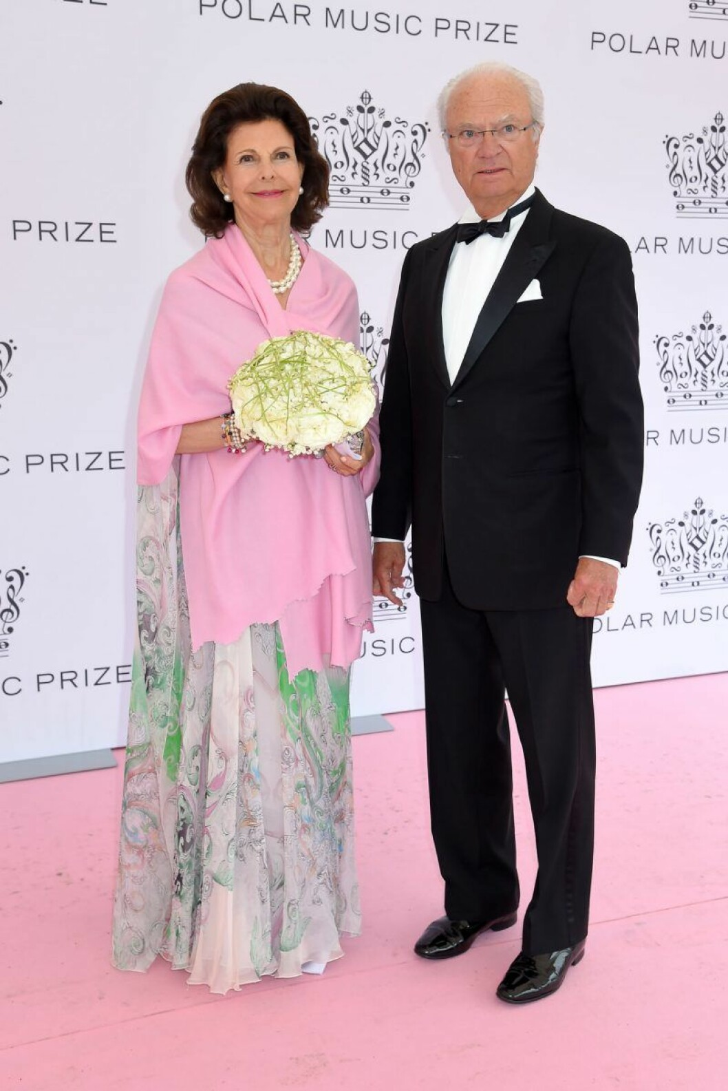 Drottning Silvia och kung Carl XVI Gustaf på rosa mattan på Polarpriset 2019