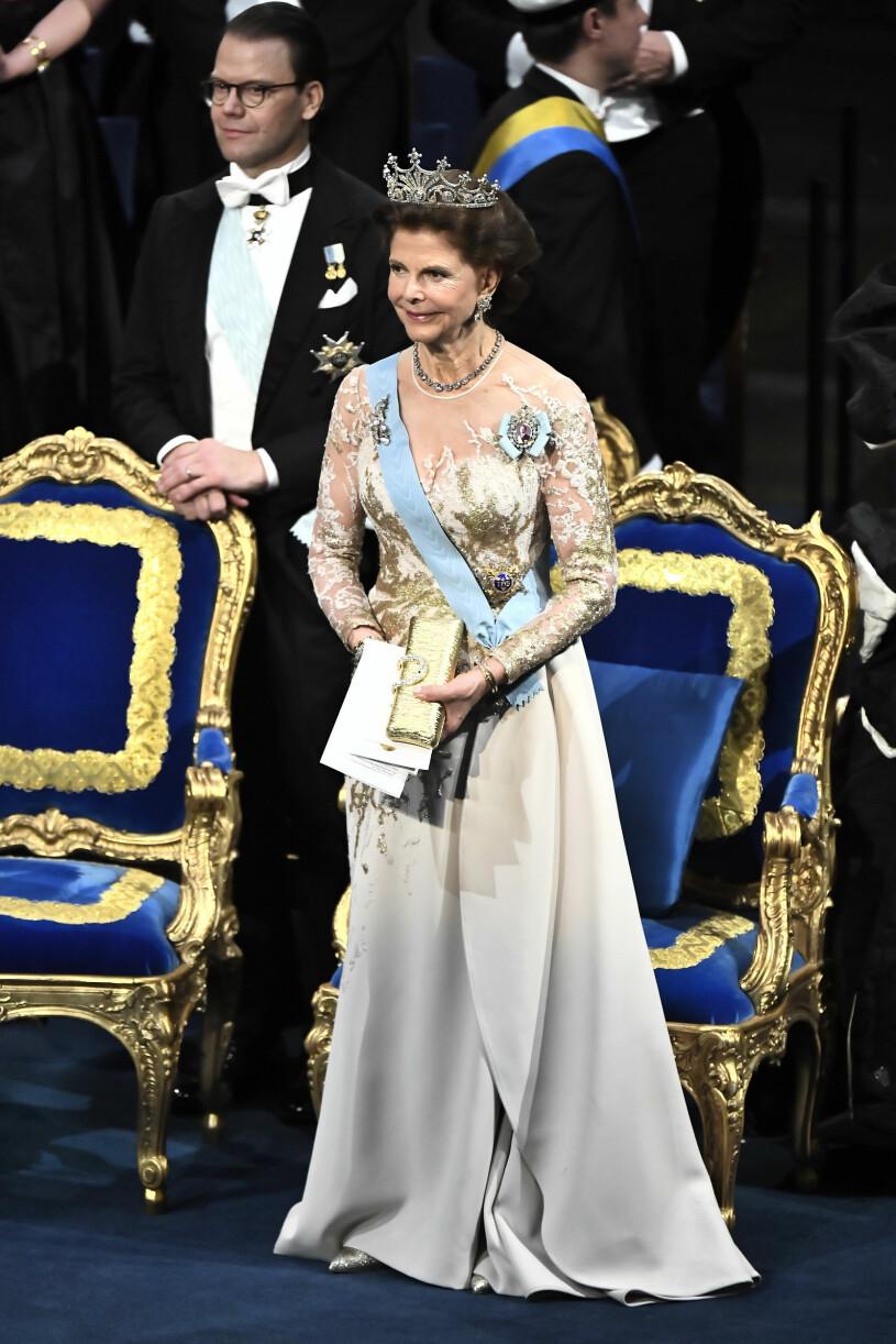 Drottning Silviai beige och guldig klänning från Elie Saab på Nobel 2019
