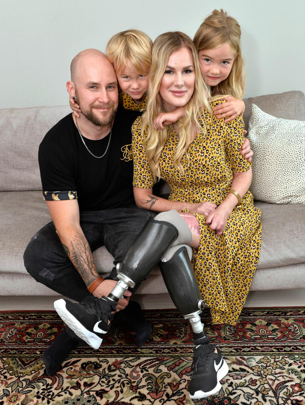 Elin tillsammans med sin man och sina barn sitter nära varandra i en soffa.