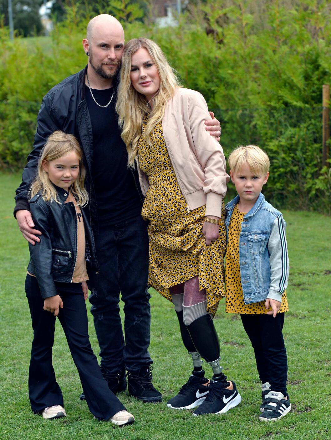 Olle och Elin tillsammans med sina barn