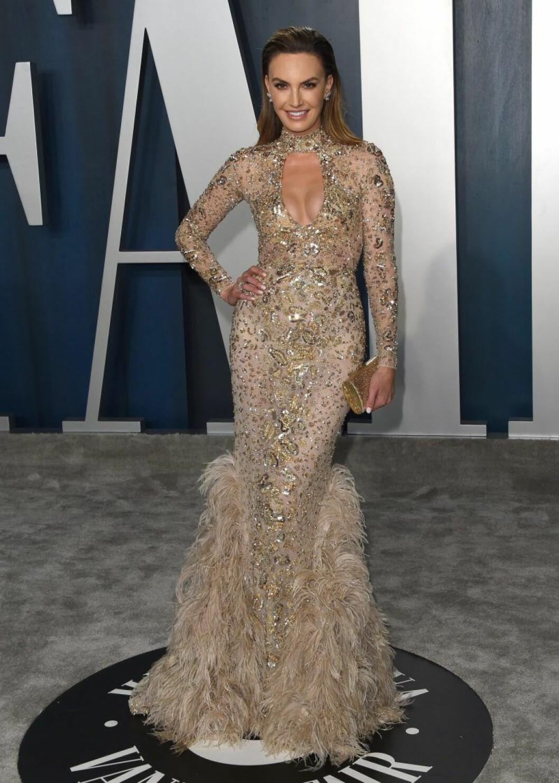 Elizabeth Chambers i guldig klänning